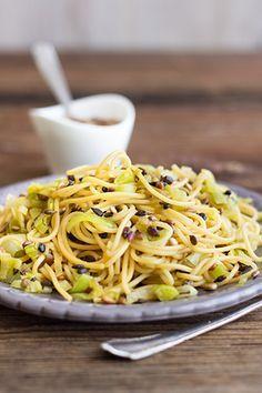 Spaghettisalat mit Lauch & Sonnenblumenkernen