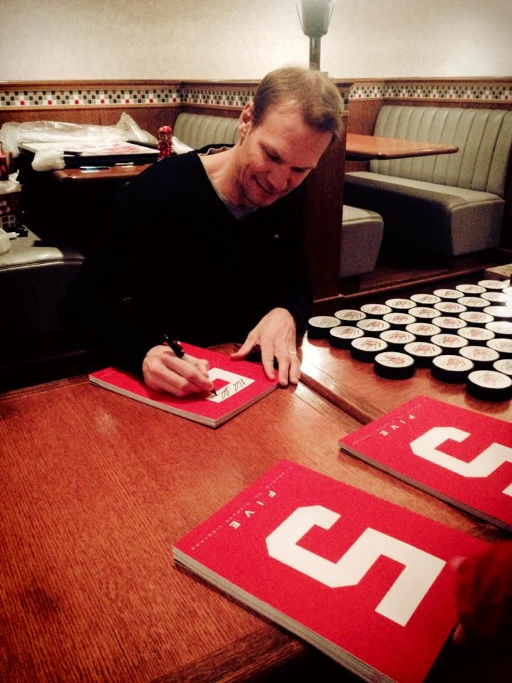 nicklas lidstrom signs copies of the book five