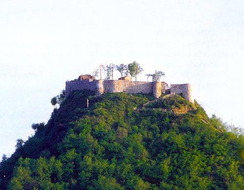 Giresun Tarihi Eserleri-Espiye Andoz Kalesi Espiye İlçesi girişindeki Yağlıdere Deresinin hemen kenarında denize ve vadiye hakim sivri bir tepe üzerinde yer alan kalenin muhtemelen M.Ö.1300'lü yıllarda yapıldığı zannedilmektedir. Tamamen doğal bir tepe üzerindeki kale, hem denize, hem vadiye içeri doğru, hemde Trabzon ve Giresun tarafına doğru hakim olması bunun için oldukça büyük önem arz etmektedir.  Kaleye sadece kuzey tarafından küçük bir yolla çıkılmaktadır. Diğer yönlerden kaleye…