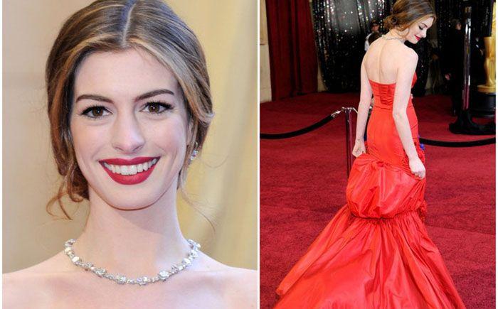 Длинное красное платье и удивительно дорогие украшения сочетала Энн Хэтэуэй на церемонии Оскара в 2011 году. Стоимость украшений от Тиффани, а именно бриллиантовое ожерелье весом 94 карата, кольцо и серьги весом 10 карат, составляет 10 млн долларов. Но Энн Хэтэуэй не пришлось платить за них, наоборот компания ей заплатила 750 000 долларов, чтобы она надела их на церемонию.