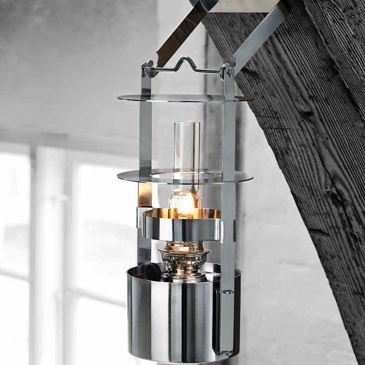 Steltons smukke skibslampe i satinpoleret rustfrit stål er den helt klassiske skibslampe i et opdateret, minimalistisk og cylindrisk design, der skærmer for blæsten. Hvad enten du befinder dig i maritime omgivelser eller i din have. Skibslampen til petroleum / lampeolie findes i to størrelser - og kan placeres på bordet, jorden eller hænges op ved hjælp af en særlig stålholder.