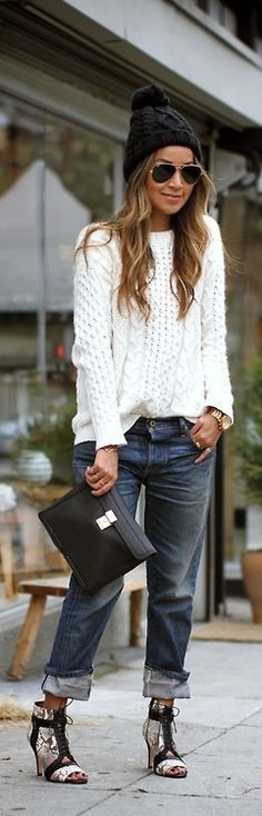 Dates im Herbst können unglaublich lässig und entspannt sein. Und auch der Lieblingspulli kann richtig in Szene gesetzt, den coolsten Typen vom Hocker hauen. Ausgerüstet mit Mütze, Clutch und Sonnenbrille ist das Outfit perfekt. Jeans / Pulli / Pullover / weiß / black / schwarz / gold / sunglasses | Stylefeed