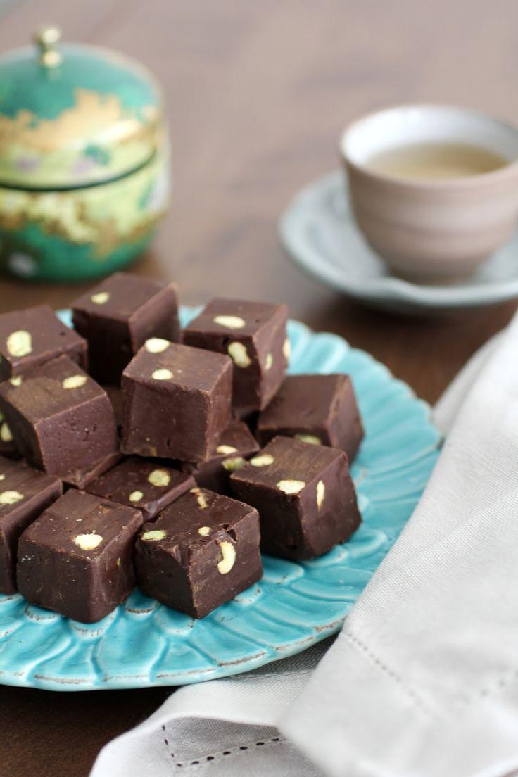 Com uma pitada de açúcar...: Fudge de Chocolate Meio Amargo, Caramelo e Pistache