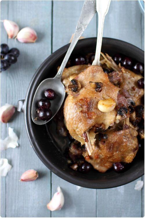 Cuisses de canard confites à l'ail et au raisin noir