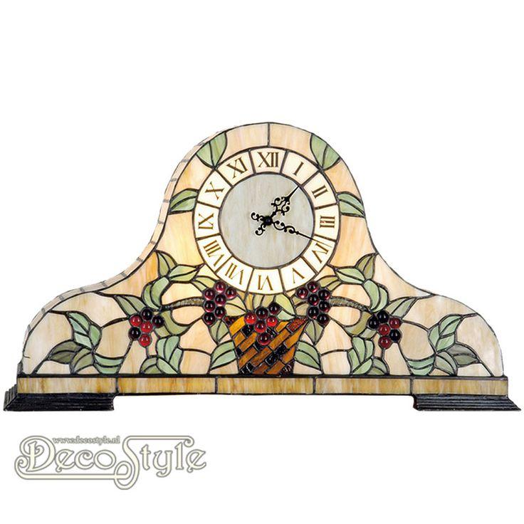 Tiffany Tafelklok Zamyr Grape  Deze tafelklok is helemaal met de hand gemaakt van echt Tiffanyglas. Dit originele glas zorgt voor de warme uitstraling. Met 2x kleine fitting (E14) Max 25 Watt. Voorzien van quartzuurwerk welke werkt op 1 penlight batterij. (batterij niet inbegrepen) Afmetingen: Hoogte: 31 cm Breedte: 56 cm Diepte: 15 cm