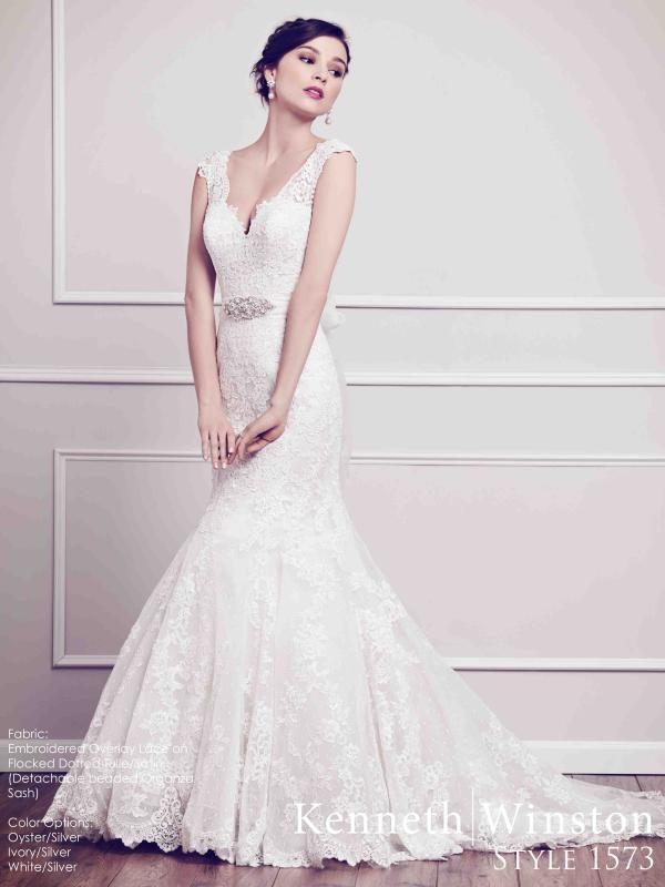 Sellő fazonú csipke menyasszonyi ruha a romantikus arák favoritja. #kennethwinston #weddingdress #lace #csipke #eskuvoiruha