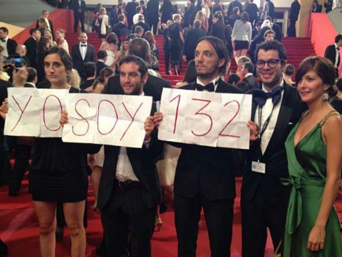 """El movimiento estudiantil """"Yo soy 132"""" ha cobrado tanta fuerza que su fama ha llegado a Cannes y una muestra de ello es una pancarta que muestra un grupo de mexicanos en la alfombra roja del Festival Internacional de Cannes, en Francia, en la que reza: """"Yo soy 132"""".  Se trata de la protesta estudiantil que inició un grupo de estudiantes de la Universidad Iberoamericana y a la que se han unido integrantes de otros centros de estudios como la UNAM y el Tecnológico de Monterrey, entre otros."""