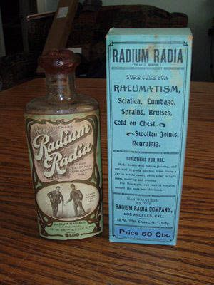 """☞ MD ☆☆☆ Radium Radia, """"Le plus grand remède du monde pour les rhumatismes, les névralgies, les lumbagos, les entorses, les maux de dos, la goutte, et toutes les douleurs dans les membres, la poitrine et la gorge. Aucun échec connu""""."""