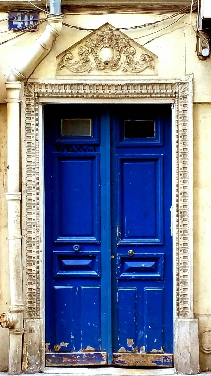 """Une porte bleue, Dernier rempart avant l'oubli"" Ph e txt Sara Rania per Parigi da Scoprire #parigidascoprire #doors #portoniparigini #Parigi🗼#wowshot #city_explore #visitparis #photooftheday #pariscityvision #photo #Parisphotos #TopParisPhoto #photos  #exclusivefrance #igersparis #gf_france #parisiloveyou #visitparis #topfrancephoto #passionpassport #parismaville #parisjetaime #tripadvisor #paristourisme #parisweloveyou🇫🇷 #ig_europe #igs_europe  #travelawesome #travelphoto  #巴黎 #Париж…"