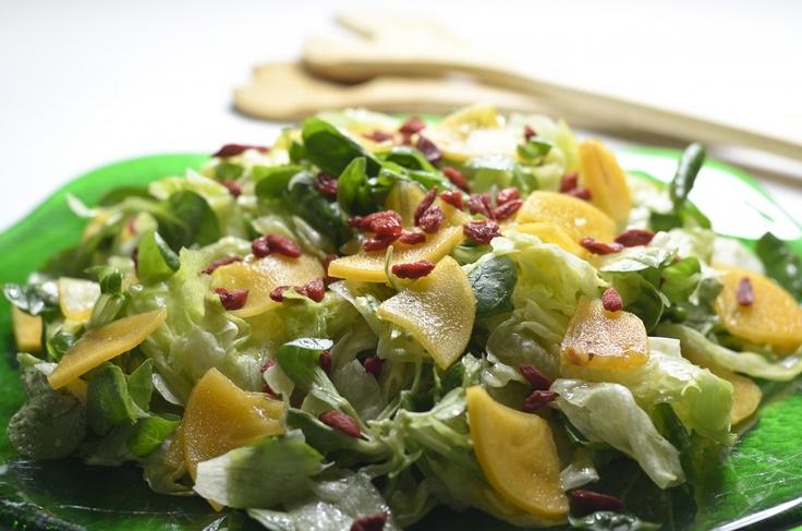 Dzisiaj proponujemy Wam dziwaczny, zdrowy, pyszny i lekki lunch do zrobienia w 15 minut! Panie i panowie, oto sałatka z owocem diospyros kaki i ziarnami goi.