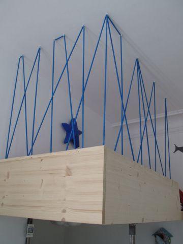 Pour plus de sécurité, le lit été agrémenté d'un garde-corps fabriqué à partir d'élastiques que les propriétaires ont eu l'idée de venir accrocher de manière aléatoire au plafond pour ... #maisonAPart