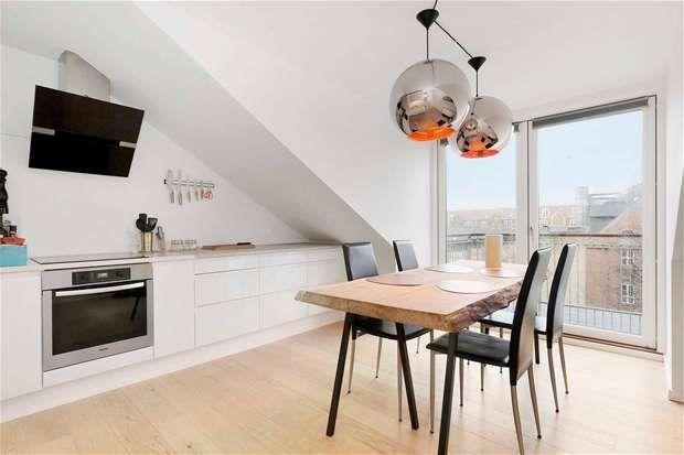 Lækker gennemrenoveret ejerlejlighed med stor solrig altan - en penthouseperle i latinerkvarteret!