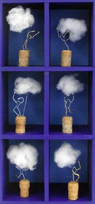 Mannetje gemaakt van ijzerdraad dat een wolk vastheeft.