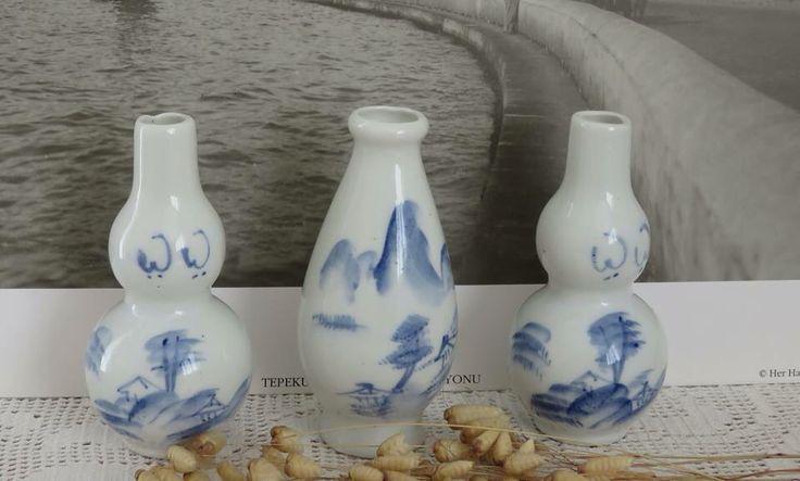 1970' lerden 10cm yüksekliğinde mavi bezemeli küçük biblo vazolar