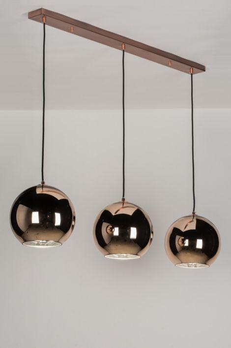 Artikel 72092 Schitterende hanglamp met 3 roodkoperen bollen. De binnenkant van elke bol is spiegelend voor een hoge lichtreflectie. Hangt met zwarte strijkijzersnoeren aan de mat roodkoperen plafondkap. Geschikt voor: 3x max. 60 watt gloeilamp of energie-zuinig (excl.). http://www.rietveldlicht.nl/artikel/hanglamp-72092