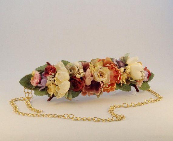 Cinturón PRIMAVERA 1 de plena tendencia, está confeccionado a mano con flores de tela montadas sobre cinta de falla y trasera de cuero a tono,