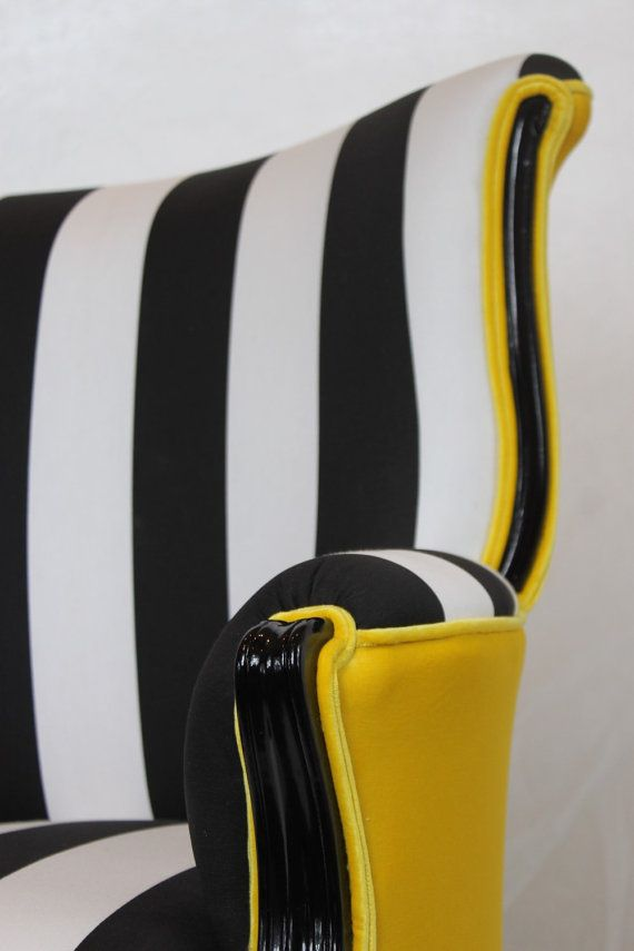 Cette chaise a vendu mais nous pouvons recréer ce look sur une autre chaise. Nous avons actuellement une chaise de style similaire qui peut être utilisé pour faire un produit final très similaire. Vintage arrondi dos aile chaise en coton rayé blanc noir et velours jaune. Toute la mousse et rembourrage a été remplacé et neuf haute brillance peinture noire est sur le bois. Les deux dernières photos sont d'une chaise de style similaire avec un velours jaune légèrement brillante. Expédition est…