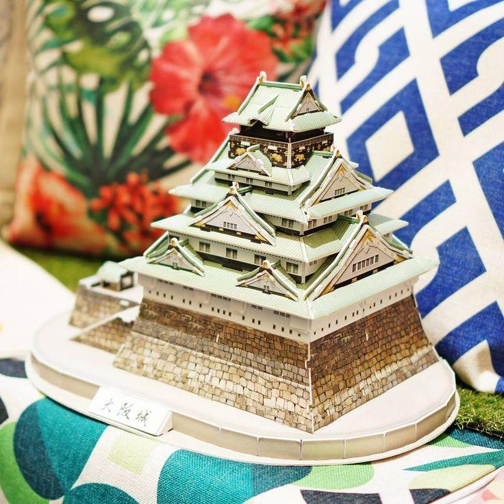 El castillo de 🏯#Osaka exhibido junto a los  #cojines más TOP con diseños originales de 🐱@nekonekochile 🐱#nekonekochile foto tomada en #hogarboulevard  por #cubicfunclub #cubicfun