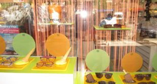 Escaparate de primavera llamativo con cartones de huevos pintados en los que lucen las gafas expuestas de la óptica Veo Veo, centro óptico en O Grove, Pontevedra