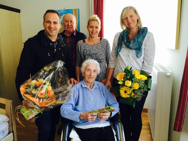 Die älteste Bewohnerin im Pflegeheim Frantschach feierte ihren 102. Geburtstag. Seitens des Heimes gratuliert haben mit einen schönen Blumenstrauß die Heimleitung Anne Marie Weinberger und PDL Stv. Petra Podgorz. Auch der  Bürgermeister der Gemeinde Frantschach Hr. Vallant Günther traf als Gratulant ein. Im Kreise ihrer Familie wurde im Heim gefeiert und auf die Gesundheit der Jubilarin angestoßen.