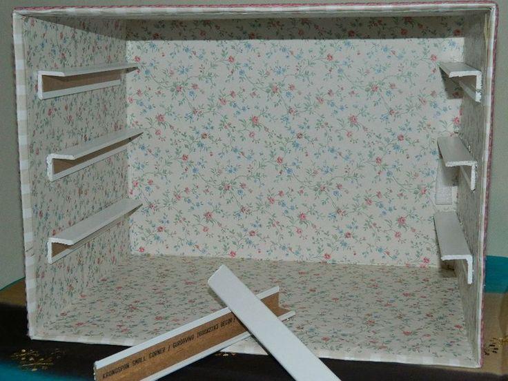 Hola a todas,lo prometido es deuda y ya estoy aqui para intentar explicar como hice la cajonera,lo primero son los materiales 1-carton,2-cola blanca,3-papel para forrarla,luego os digo el papel que yo utilizo para ello,4-tiradores,luego digo que le puse yo como tirador,5-piconela o algun adorno que querais ponerle y 6-esquineras en mi caso de madera pero a mi me parece de carton piedra,y ahora a ...