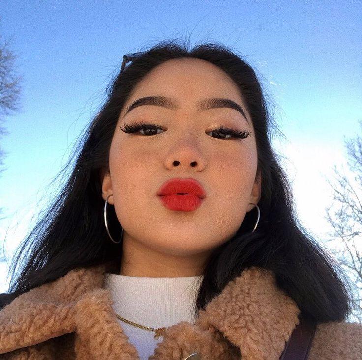 "15k lượt thích, 118 bình luận - Elsa (@ell.z.z) trên Instagram: ""Hello not super blended eyebrows, over lined lips and uneven eyeshadow how ya doin?"""