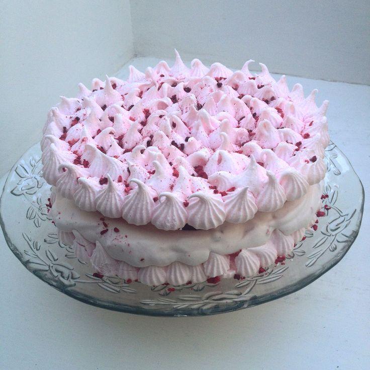 Denne kage er jeg helt vild med! Den er sprød, chewy og dejlig cremet! mmh! Jeg lavede den som et forsøg, en dag hvor vi skulle have min niece på besøg. Så der skulle hygges med Disney film, snoller, spil, legeplads og selvfølgelig noget dessert! Hende …