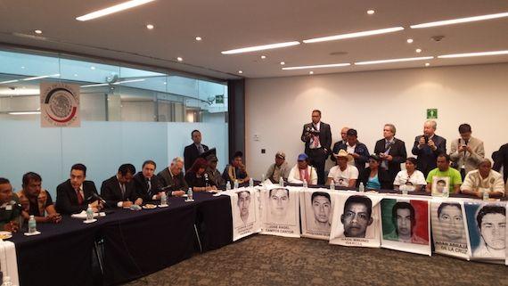 Los padres de familia se reunieron con senadores, sin embargo, no aceptaron ningún pronunciamiento de los legisladores. Foto: Antonio Cruz, SinEmbargo