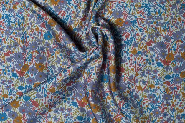 reiner Seiden- Stoff, bunte Blumen auf blaugrauem Grundton italienischer Designerstoff geeignet für u.a.: Blusen, Hemden für Frauen und Männer, Tunikas, Sommerkleider,...