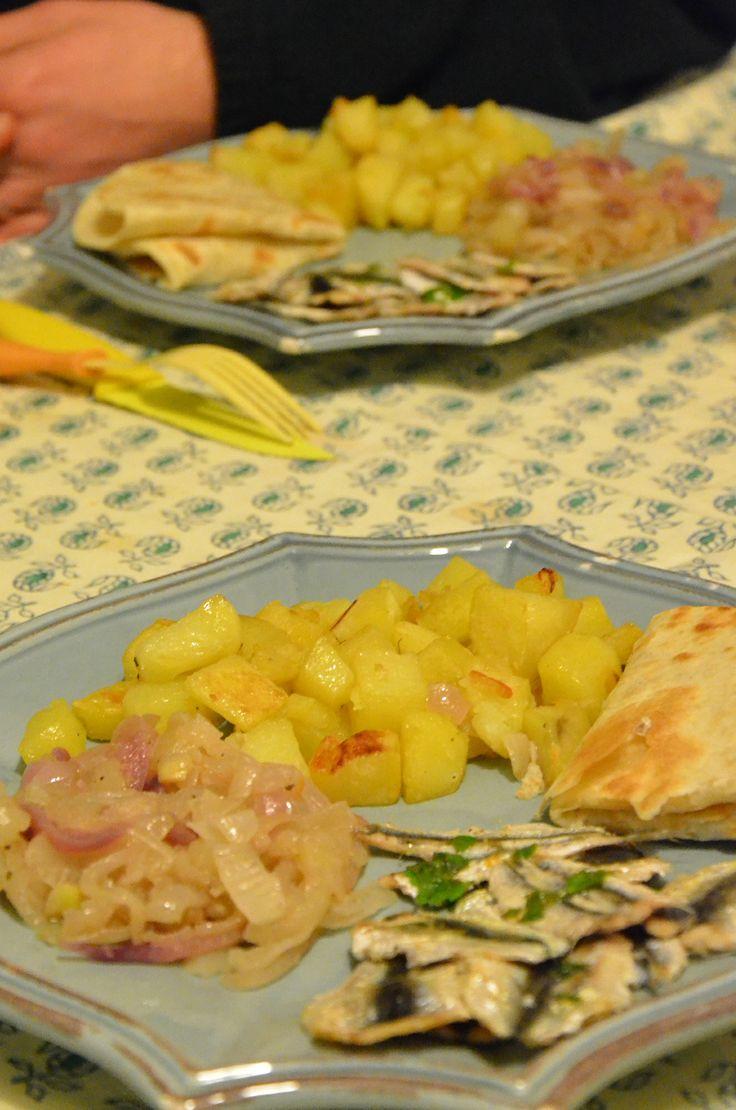 Pesce azzurro, cipolle, patate e piadina