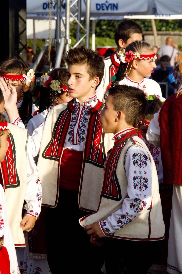 Каждый год на берегу черного моря в Балчике  (Болгария) проходит национальный фольклорный фестиваль «Море ритмов».   Как это было в прошлом году нам показал фотограф и график Дмитрий Пузырев.