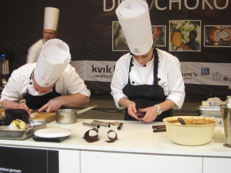 Det gælder om at have rolige hænder, når man skal lave pynt af chokolade.
