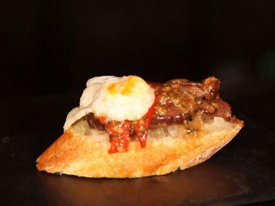 Receta | Solomillo con cebolla confitada y huevo de codorniz - canalcocina.es