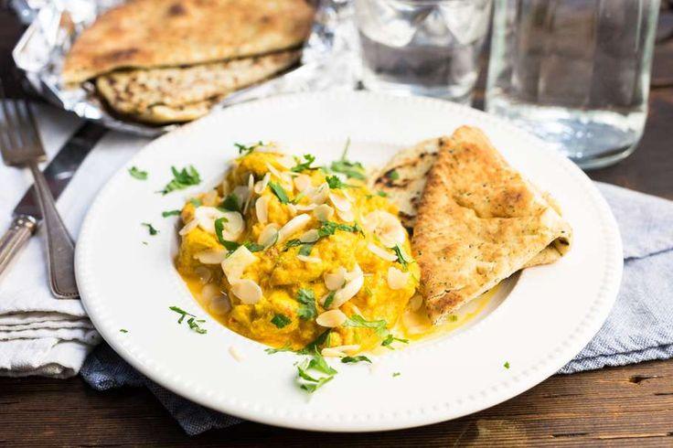 Recept voor indiase curry voor 4 personen. Met zout, boter, water, peper, kipfilet, appel, banaan, ui, knoflook, kippenbouillonblokje, kerriepoeder, yoghurt, maïzena en aardappel