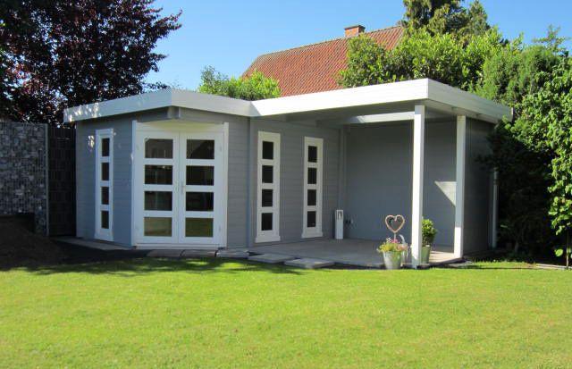Flachdach Gartenhaus in Hellgrau mit einer gemütlichen, überdachten Terrasse im gepflegten Garten.