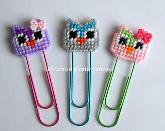 Lindo lápiz gorras hechas de lona plástica y bordados totalmente a mano: luces, Bunny y estrella con ojos móviles.  Se incluyen los lápices.  Idea de regalo para los niños, con alegría!  Son otros modelos de tapas para lápiz aquí: https://www.etsy.com/shop/Ricamoeplasticcanvas?section_id=18624302&ref=shopsection_leftnav_10   Visita mi tienda aquí: https://www.etsy.com/it/shop/Ricamoeplasticcanvas?ref=hdr_shop_menu