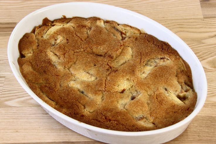 Skræl æblerne, skær dem i både og lig dem i et ildfast fad, drys dem evt. med lidt kanel. <BR> <BR> Smelt smørret og lad det køle af. <BR> <BR> Bland mel, sukker og bagepulver. Rør sammenpisket æg