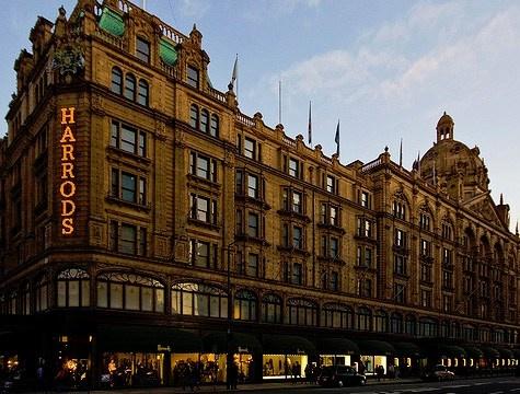 Knightsbridge è il quartiere del lusso e dello shopping. Qui si trova Harrods ma anche il famoso parco Hyde Park. http://www.marcopolo.tv/regno-unito/knightsbridge-guida-londra