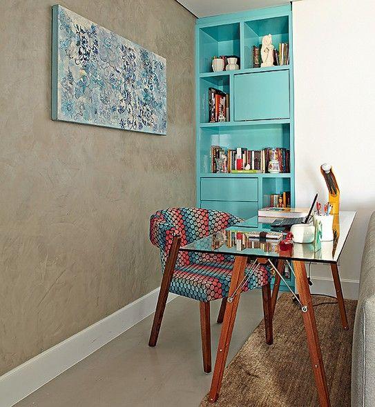 Com a extin��o de um quarto, surgiu espa�o para a mesa de trabalho atr�s do sof�, item relevante para a moradora Priscila Dal Poggetto. Ela fica junto de uma estante laqueada de azul Tiffany, feita sob medida para preencher um nicho remanescente