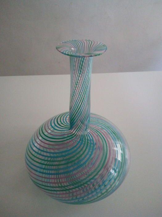 Silvano Signoretto - Mezza Filigrana vaas  Hoogte: 26 cm.breedte: 21 cmgewicht: ca. 400 g.Geblazen vaas in Murano-glas volledig handgemaakt door de meester glassmaker Silvano Signoretto.Dit is een kunstwerk gemaakt door de combinatie en het smelten van glas riet.De vaas is in goede staat. De handtekening van de kapitein met de hand gegraveerd op de bodem dat zijn oorsprong verklaart heeft.Het zal worden verpakt en verzonden met de grootst mogelijke zorg en de veiligheid.  EUR 25.00  Meer…