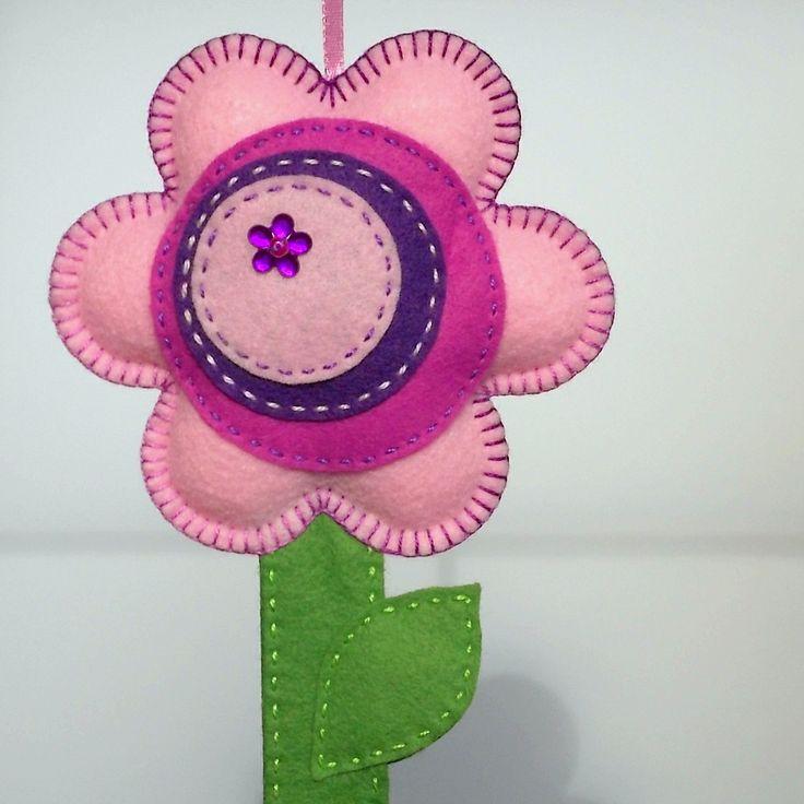 Kvítečkový+sponkovník...+Veselý+a+barevný+pomocník...+nezbytný+doplněk+do+každého+holčičího+pokojíku...+Sponkovníček+je+celý+ručně+šitý+z+kvalitního+pevného+filcu.+Jednotlivé+díly+jsou+sešity+barevnými+bavlnkami.+Květ+je+vyplněn+rounem+pro+větší+plastičnost.+Sponkovník+je+opatřen+poutkem+na+zavěšení+a+ve+spodní+části+stonku+je+poutko+na+čelenky.+Délka+...