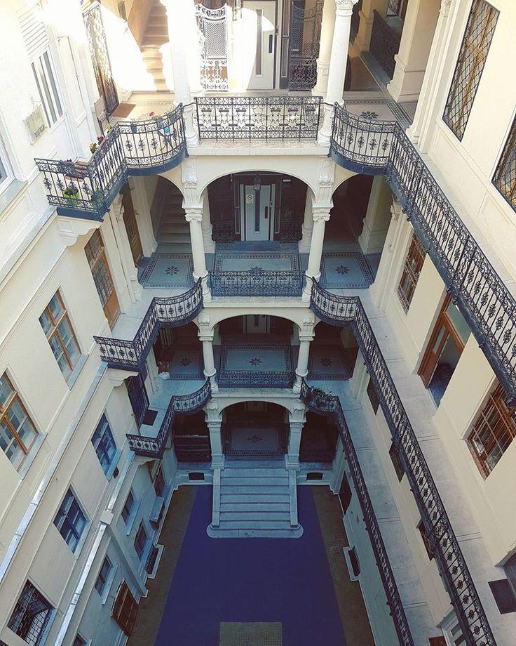 Blue courtyard in Rákóczi út. Architect: Meinig Artúr