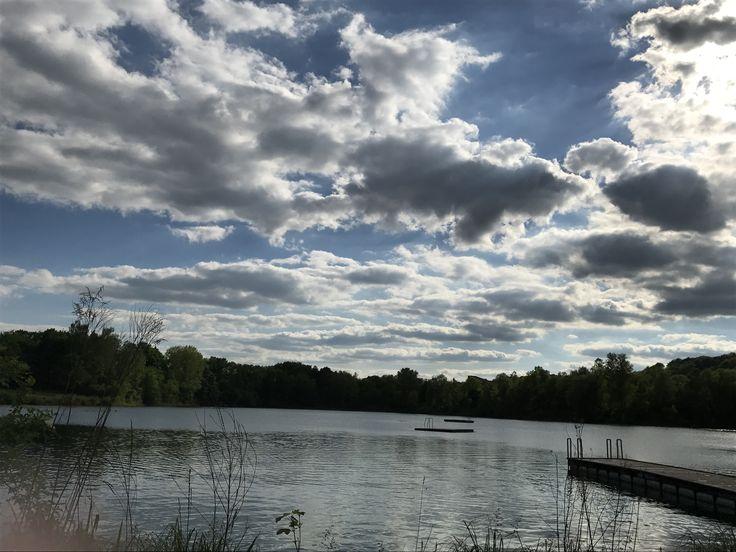Relaxen in der Sonne, Volleyball spielen und im See schwimmen kann man am Pfuhler Baggersee.