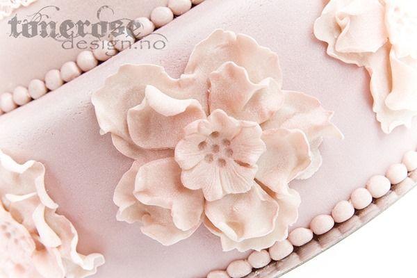 Pale pink wedding cake, details in marzipan  Svak gammelrosa bryllupskake