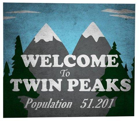 Dit bord verwelkomt de eenzame reiziger in Twin Peaks. Een fictief dorpje op de Noord- Amerikaanse grens met Canada.