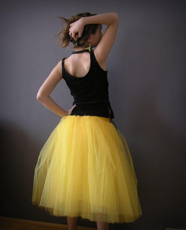 Tylová sukně WASP.... Dlouhá tylová sukně.5 vrstev tylu délka od pasu60 cm. V pase pružný úplet s lycrou , lze nosit i jako bokovou sukni. Sukně je vypodšívkována kvalitní polyacetátovou podšívkou ve žluté barvě. Standartní doba dodání sukně je 14 dní od připsání platby. Pokud na ni více spěcháte, napište, pokusím se to řešit individuelně. Ráda Vám ...