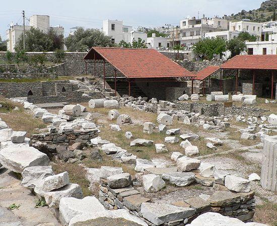 Mausoléu de Halicarnasso. É uma tumba construída entre 353 e 350 a.c. para Mausolo - rei de uma província persa. Foi eleito como uma das sete maravilhas do mundo antigo (embora esteja em ruínas atualmente). Está localizado em Bodrum, na Turquia.