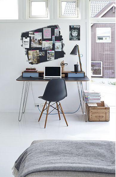 Un très beau bureau avec des hairpin legs / pieds en épingle inclinés.