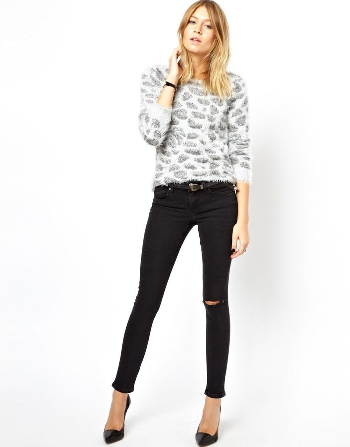 €51, Schwarze Enge Jeans mit Destroyed-Effekten von Asos. Online-Shop: Asos. Klicken Sie hier für mehr Informationen: https://lookastic.com/women/shop_items/40393/redirect