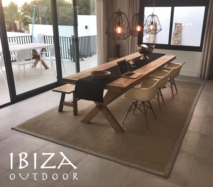 Wauw! Wat staat de teakhouten tafel prachtig in het huis van Lara in Spanje. Love it! Bij interesse mail naar ibizaoutdoor@gmail.com, ook voor een afspraak in de loods. Gr Mees.